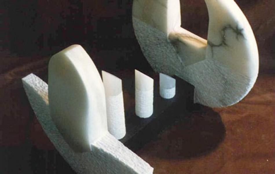 Estadio de apertura y cierre 60 x 52 x 52 alabastro y pino  1992